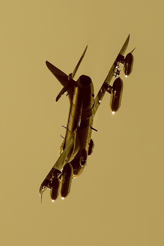 IMAGE: http://markfingar.com/photogallery/Aircraft/PHF12116/Hunterss.jpg